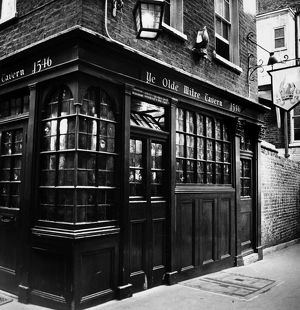 bars taverns saloons/exterior view ye olde mitre tavern london england